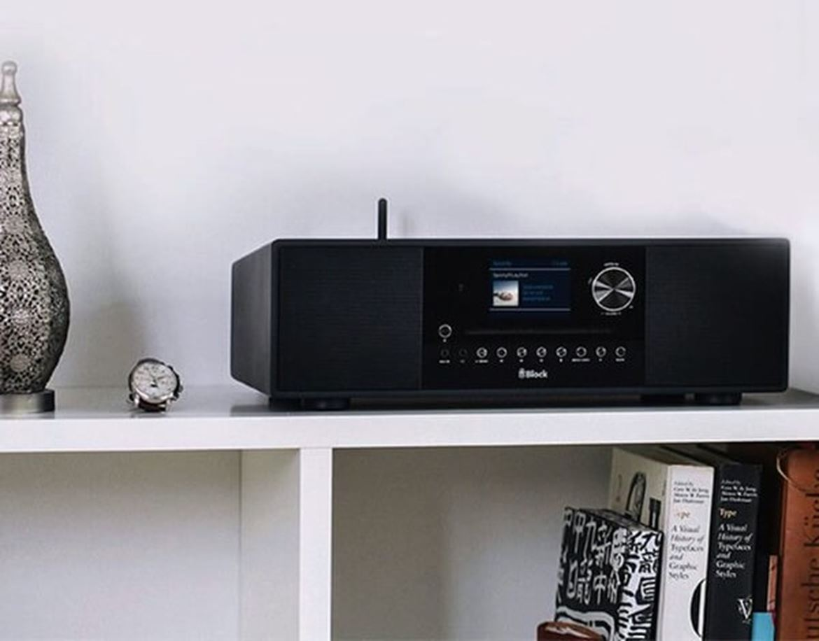 "Block Audio SR-100 - Smart radio. CD-Internet-Receiver tudo em um com colunas integradas 40W rádio FM/DAB/Internet, ethernet, wifi, buetooth, spotify, nas, server, media player, Spotify Connect, display a cores com capas, alarme duplo. Telecomando inteligente incluido. Controle via app ""Undock"" UPnP. Caixa de madeira natural"