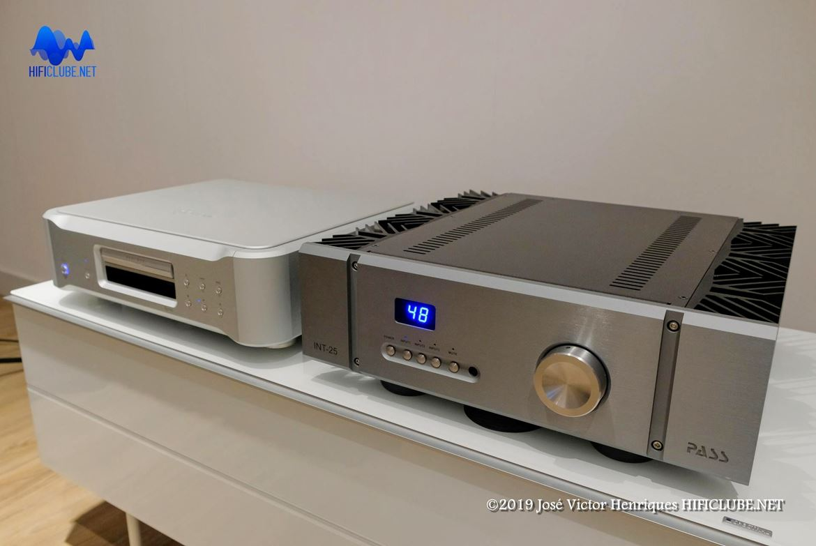 Pass Labs INT-25 (amplificador integrado) e Esoteric K-05xd (leitor SACD/CD)