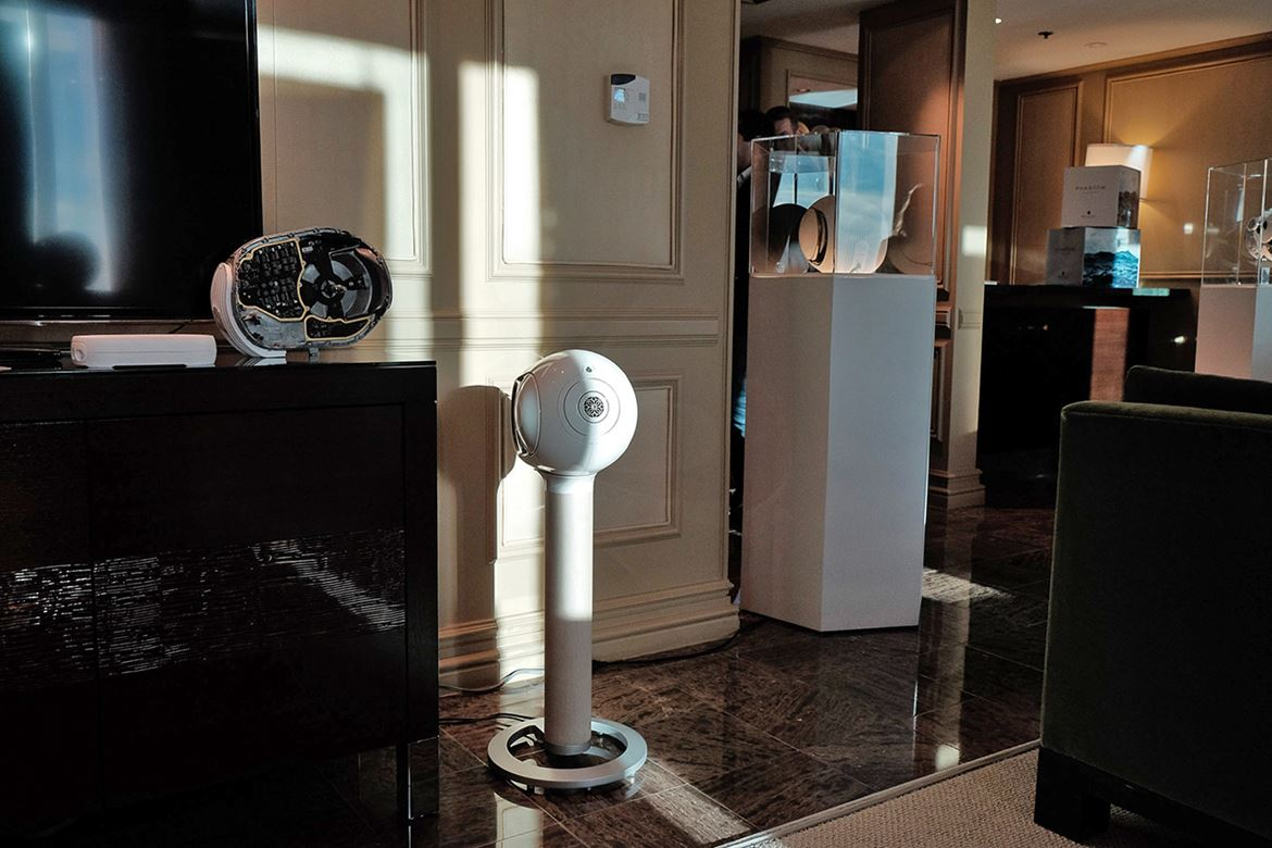Suite da Devialet no Mirage, com as Phantom no seu pedestal