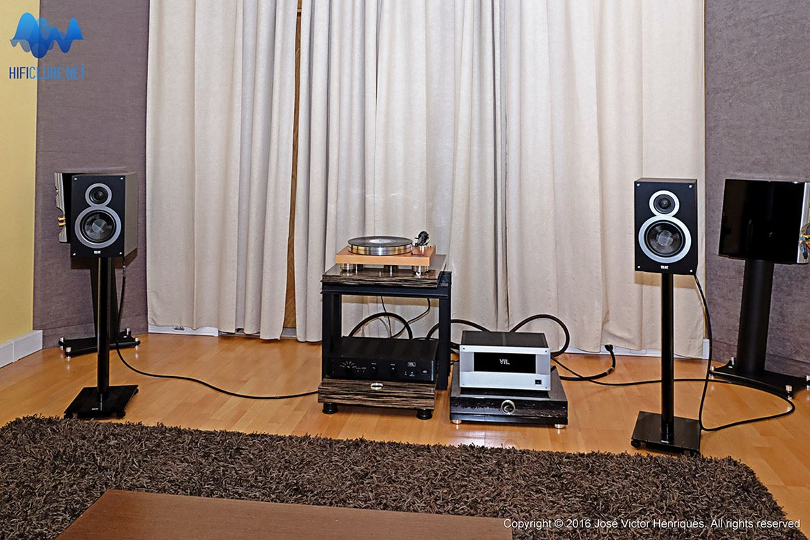 Colunas ELAC B6, VTL 2.5i preamp, VTL ST85 power amp, cabos Synergistic Research Core 2