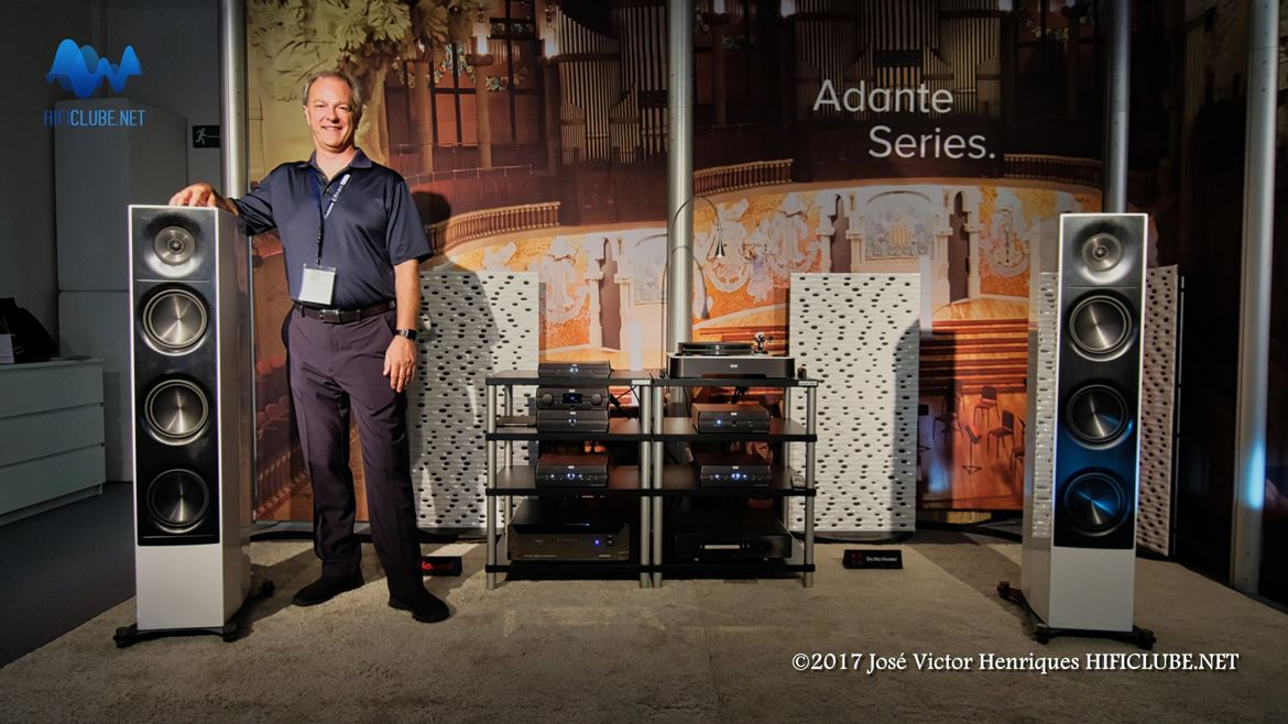 Andrew Jones posando junto das Elac Adante AF61 (Highend Show 2017, Munique)